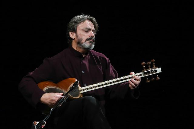 حسین علیزاده موسیقیدانی جریان ساز است
