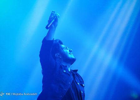 آرون افشار در فضای باز کنسرت می دهد
